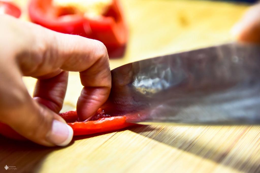 Fingerknöchel führen das Messer